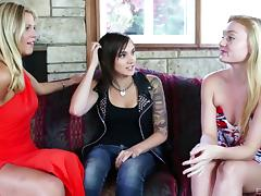 Punk chick leads a lesbian threesome for hot pleasure