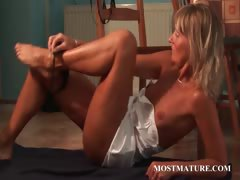Skinny mom vibrating hungry snatch